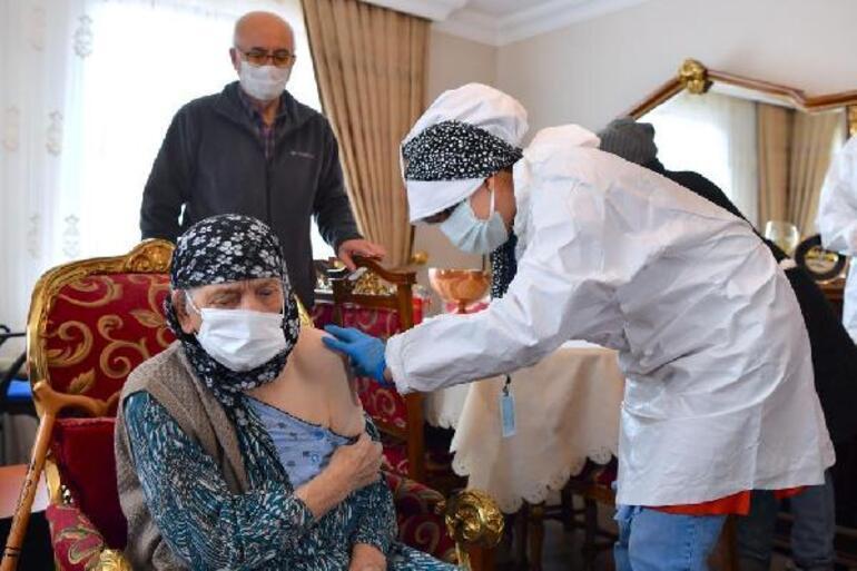 Ankarada 116 yaşında iki kadına, koronavirüs aşısı yapıldı