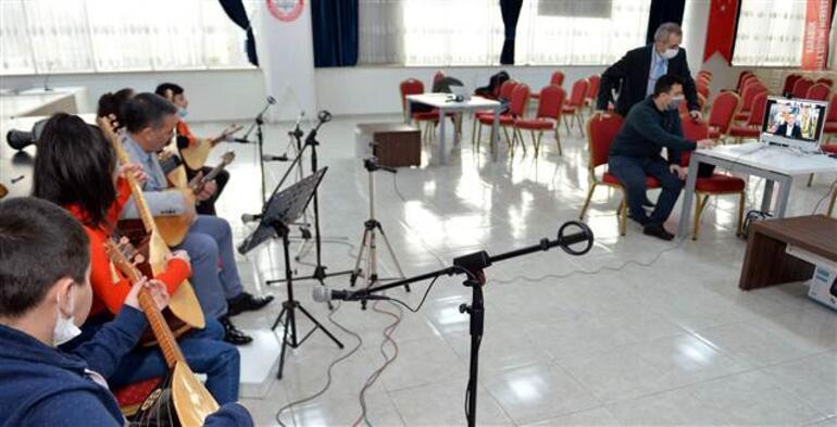 Bakan Selçuk türkü söyledi