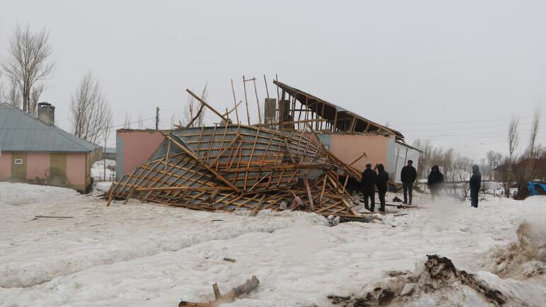 Yüksekova'da fırtınada çatıları uçan aile büyük korku yaşadı