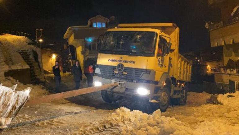 Yol tuzlama aracı personeline saldırdılar