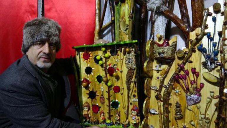 Atıkları sanat eserine dönüştürüp, evinde sergiliyor