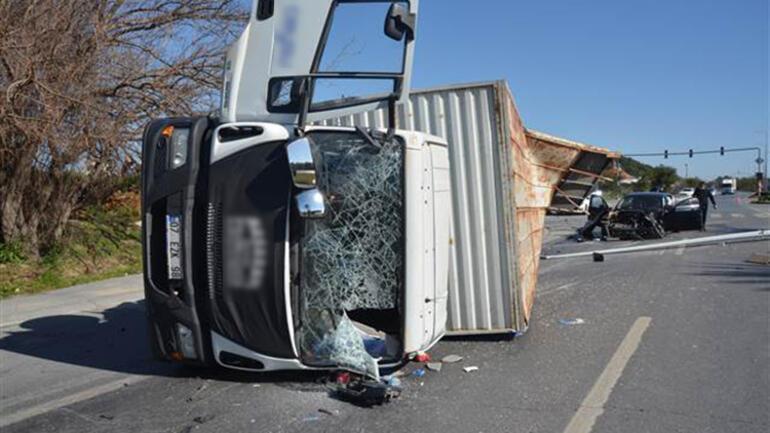 Antalyada otomobil ile kamyon çarpıştı: 3 yaralı