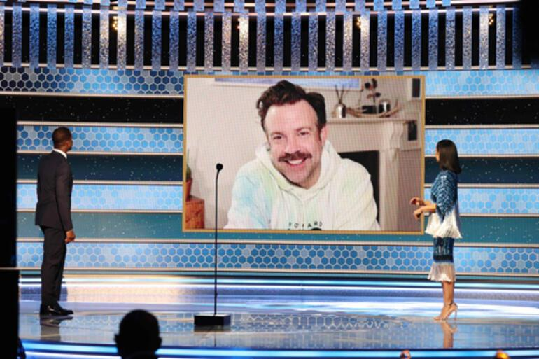 2021 Altın Küre: Ünlü oyuncu ödülünü böyle kabul etti: Pijama, terlik, internet