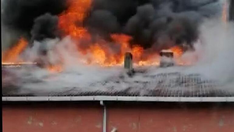 Bahçelievlerde binanın çatısı alev alev yandı