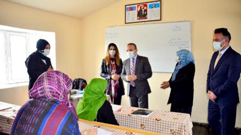 Kadın muhtar, köyünde hemcinsleri için okuma yazma kursu açtırdı