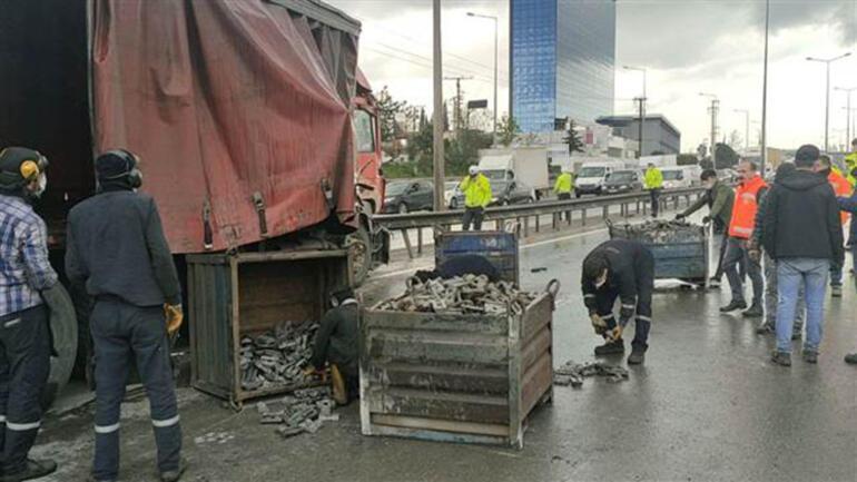 Kocaelide otomobil parçaları yüklü kamyonun otomobile çarpması ulaşımı aksattı
