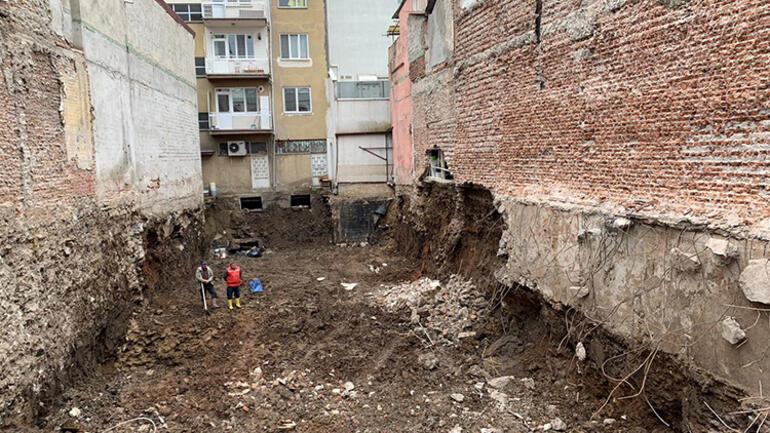 Uşakta tahliye edilen iki katlı bina çöktü