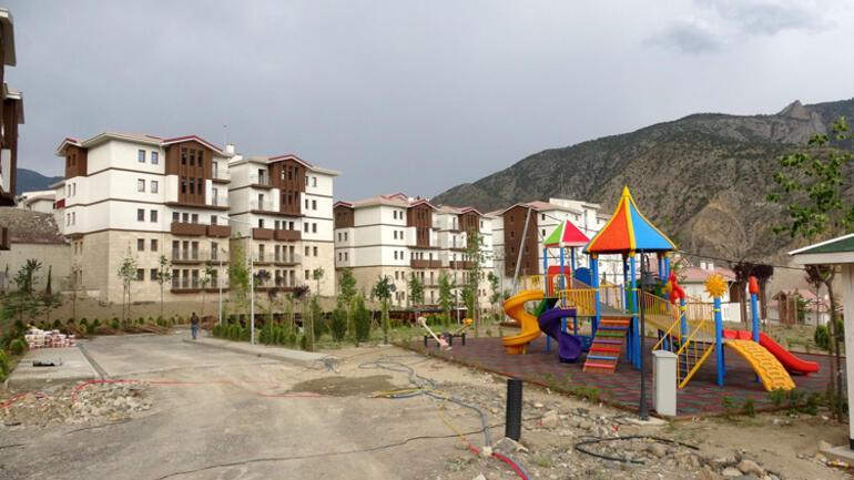 Alt ve üst yapı çalışmalarının aynı anda tamamlanması hedeflenen yeni ilçede hükümet konağı ile kamu binalarının inşası tamamlandı. Yeni yerleşim yerine taşınma süreci ise yazın başlıyor.