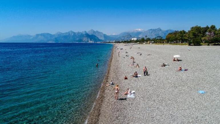 Tam kapanma öncesi akın ettiler Antalyada sahillerde yoğunluk