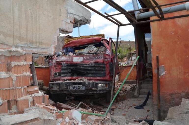 Önce otomobile çarptı, sonra da bahçe duvarını yıktı 12 yaşındaki Can yaralandı... Deprem olur gibi gürültü duyduk