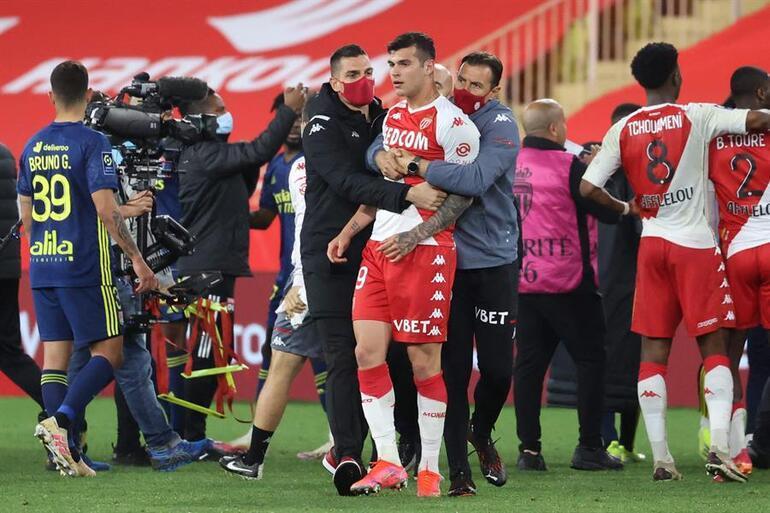 Son Dakika: Monaco - Lyon maçı son düdükten sonra savaş alanına döndü Yumruk yumruğa kavga...