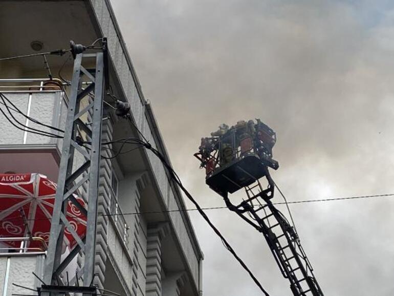 Esenyurtta 4 katlı binanın çatısı yandı Alevleri gözyaşları içinde izledi