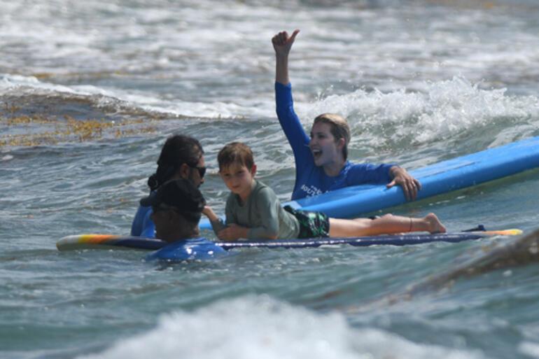 Eli ayağı boşaldı: Sörf tahtasıyla oğlunun yüzüne çarptı