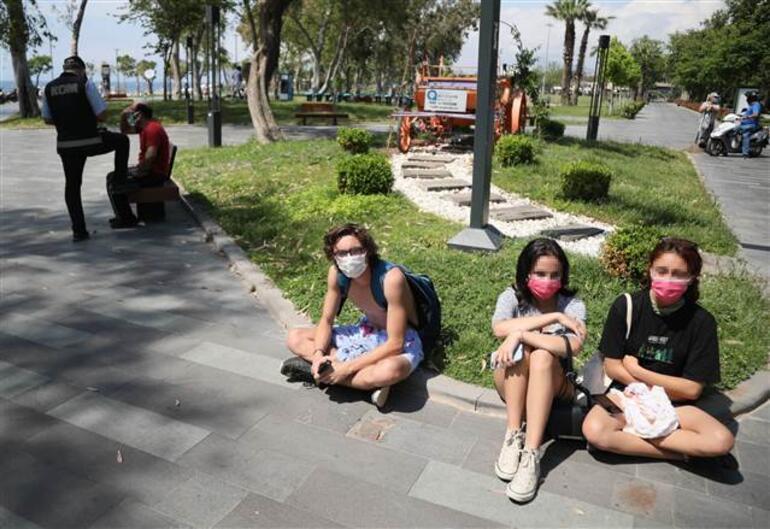 Antalyada iğrenç olay Sahilde kabindeki genç kızları görüntüledi... Pişkin pişkin bize bakıyordu