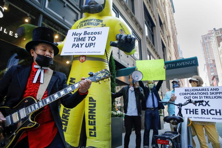 Dünyanın en zengin kişisine şok Evinin önünde protesto ettiler