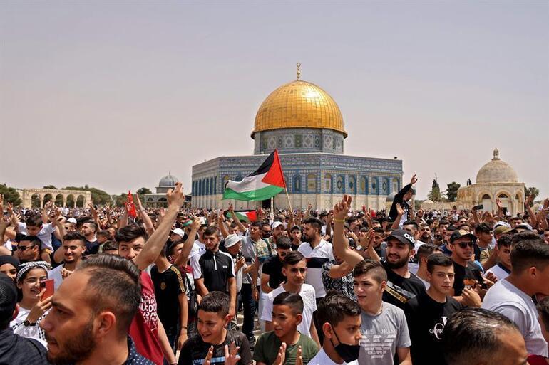 Son dakika: İsrail cuma namazı sonrası Mescid-i Aksadaki cemaate ses bombalarıyla saldırdı