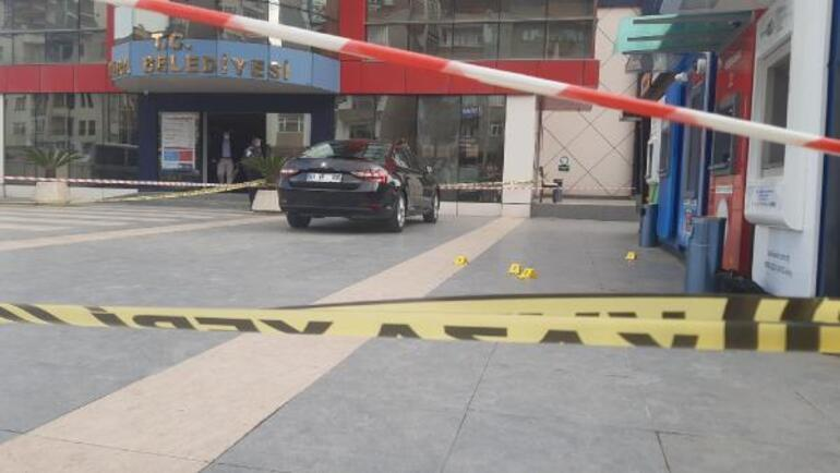 Son dakika: Yomra Belediye Başkanı Mustafa Bıyıka silahlı saldırı Makam aracının önünde eğilerek kurtuldu