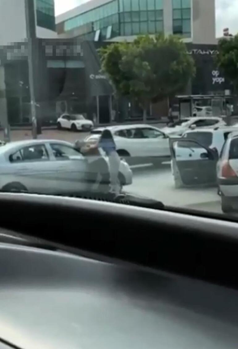 Antalyada trafikte saç saça baş başa kavga
