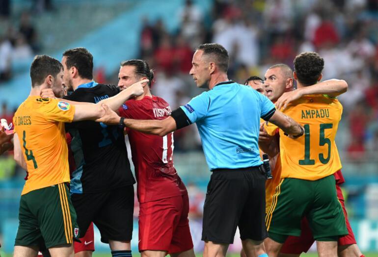 Son dakika EURO 2020 haberi Türkiye-Galler maçında saha karıştı 2 kişi Burak Yılmazı itti ve...