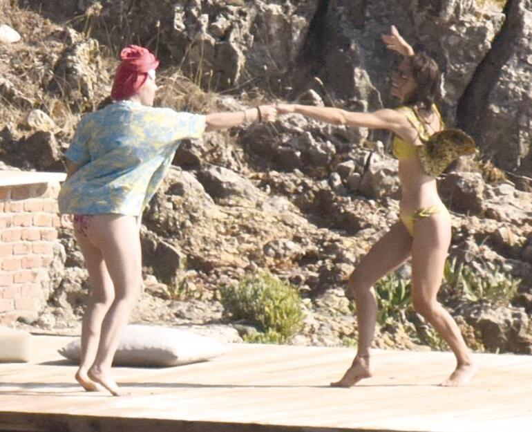 Demet Evgar ile Gülcan Arslandan iskele dansı