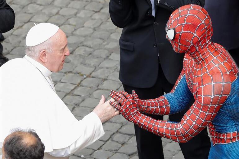 Dünya bu görüntüyü konuşuyor... Papa ve Spiderman bir arada
