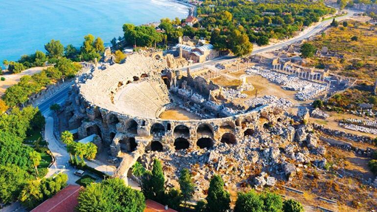 Önünde Akdeniz, arkasında Toroslar, içinde tarih... Antalya