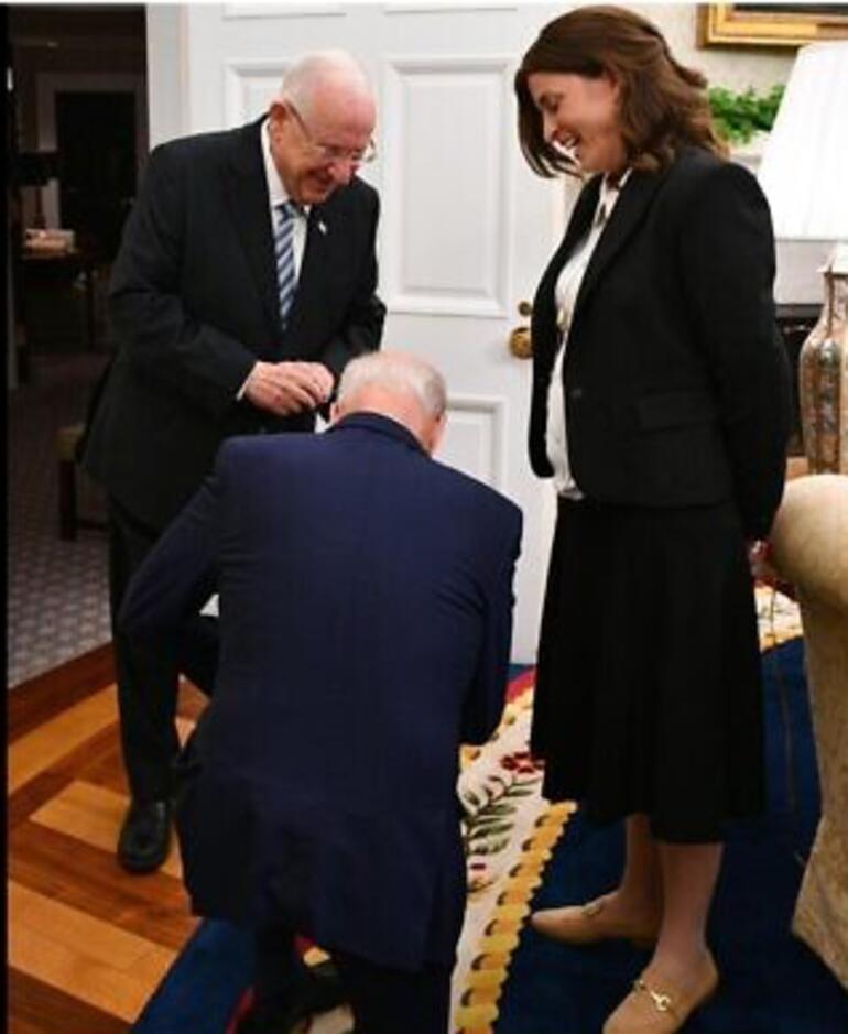 ABD Başkanı Biden İsrailli siyasetçinin önünde diz çöktü