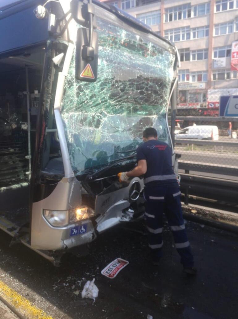 Son dakika... Metrobüs kaza yaptı Ekipler olay yerinde