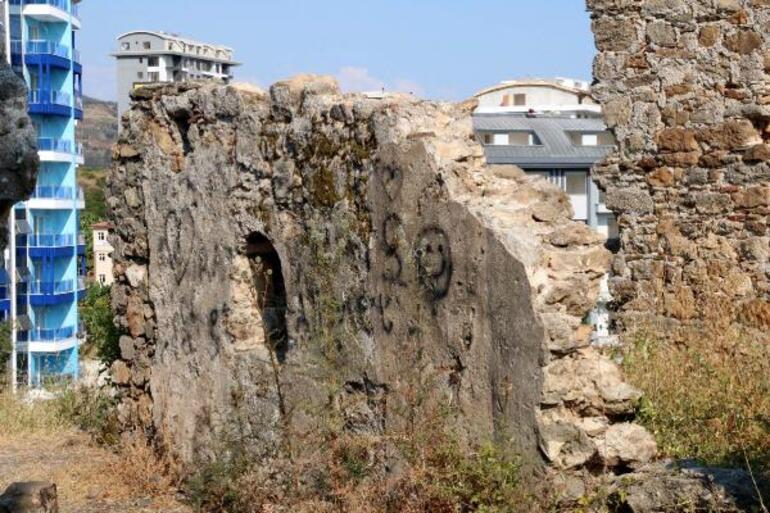 Antik kentte tepki çeken görüntü Duvarları karalama defteri gibi