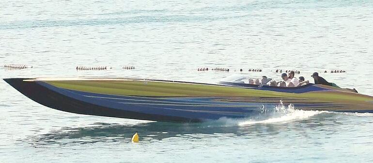 Cansu Dere tatilde... Acun Ilıcalının sürat teknesiyle Çeşme turu