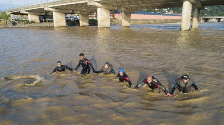 Rizedeki selde kaybolan 2 kişi aranırken Meteorolojiden yeni uyarı geldi Yarına dikkat...