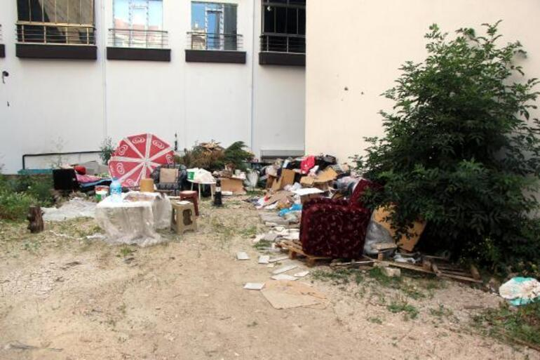 Sokağı çöplüğe çevirdi Mahalleliler şikayet etti
