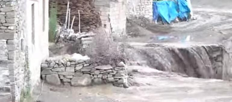 Son dakika... Dereler taştı, evler boşaltıldı Vanın Başkale ilçesini sel vurdu