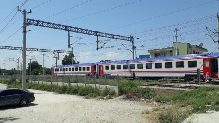Tren ters makasa girdi... Yaklaşık 300 yolcu tahliye edildi