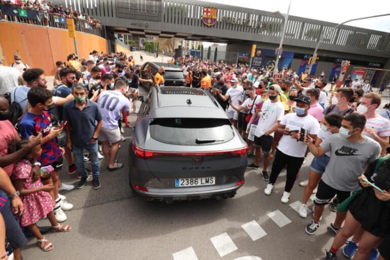 Son Dakika: Barcelonadan ayrılan Lionel Messi ilk kez basının karşısında Açıklamalarını canlı aktarıyoruz...