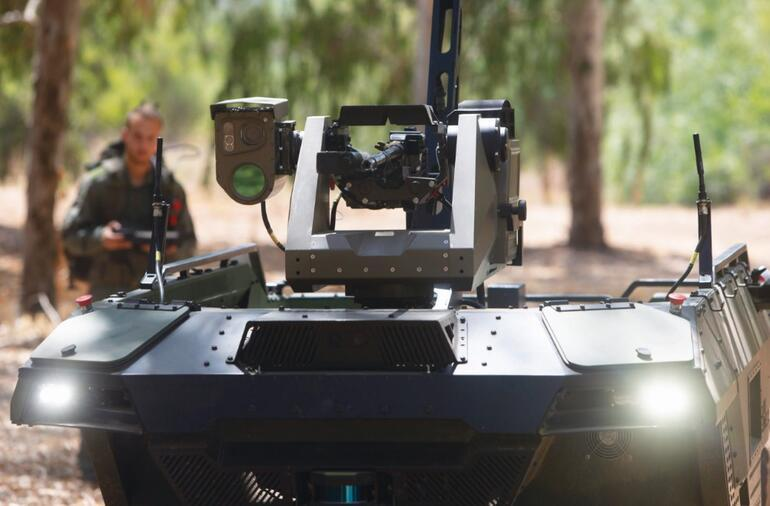 Teknolojik gövde gösterisi Rusya sahaya akıllı askeri robot sürdü