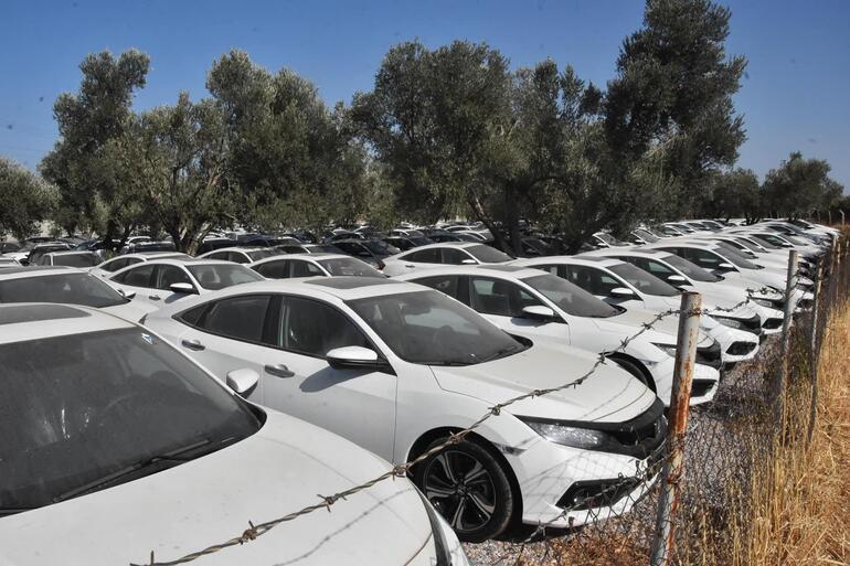 Sıfır otomobillerde stokçuluk iddiası Yüzlerce otomobil boş arazide böyle görüntülendi