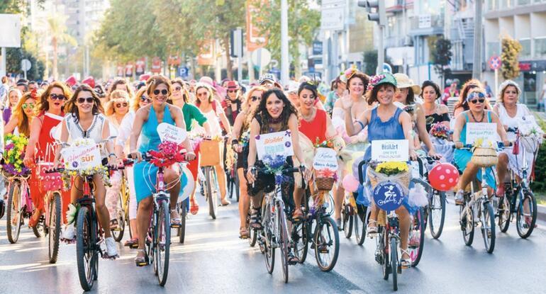 Pazar günü kaç süslü kadın pedal çevirdi