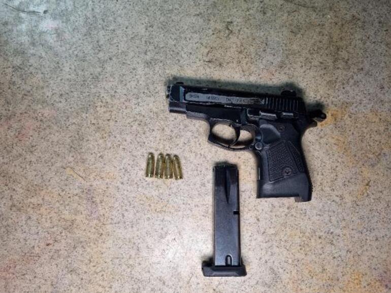 Bekçilerden kaçmaya çalışırken tabancası ateş alan şüpheli, kendini vurdu