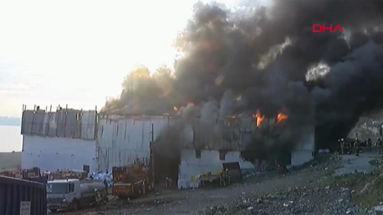 İstanbulda geri dönüşüm tesisinde yangın Ekipler müdahale ediyor