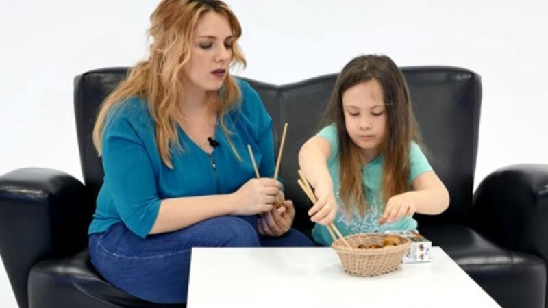 Panda Po gibi chopstick kullanmayı öğrenen Elasu, Kinder Surprise'ı haketti