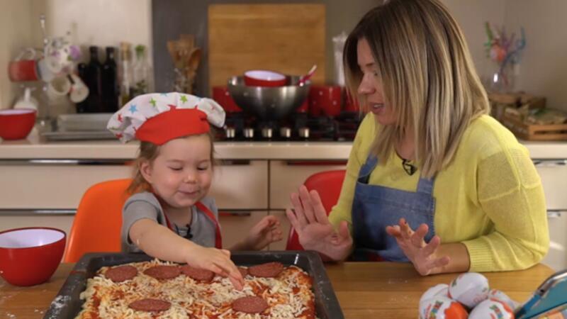 Çocuğunuz ile birlikte evde yapabileceğiniz pratik pizza tarifi