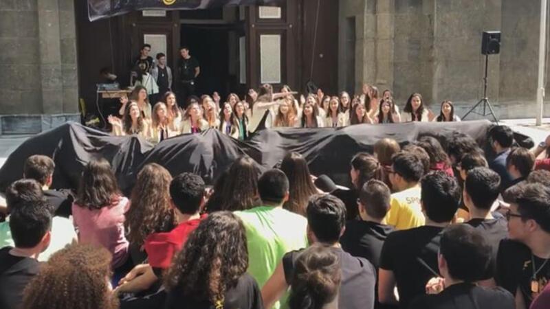 İEL'de danslı müzikli mezuniyet kutlaması
