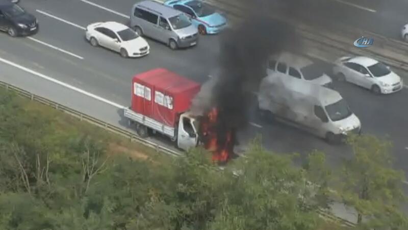 TEM Otoyolu Kavacık Mevkii'nde kamyonet yandı