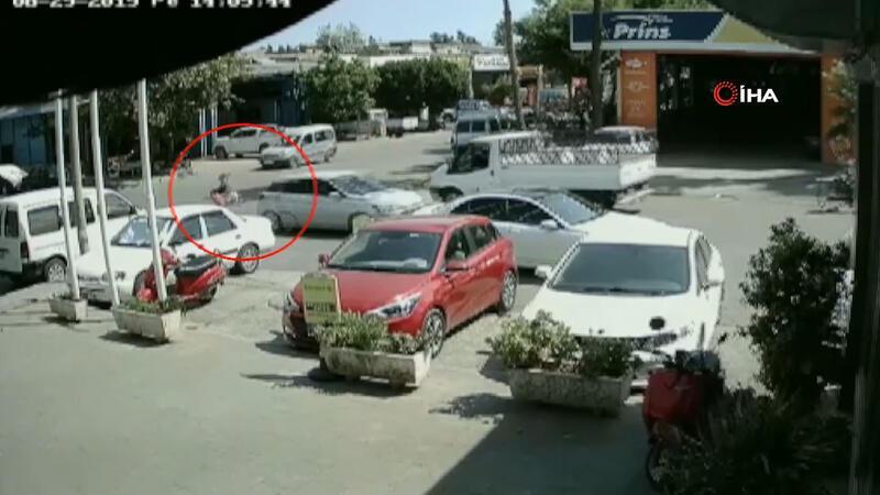 Polisten kaçan uyuşturucu şüphelisi uyuşturucu dolu poşetle araçtan atladı