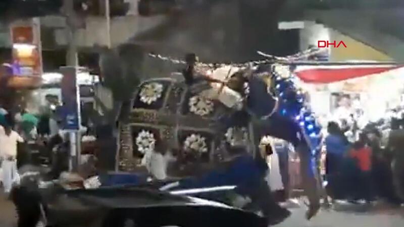 Sri Lanka'da filler kalabalığın arasına daldı: 17 yaralı