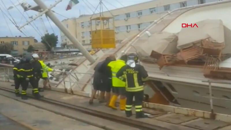 İtalya'da limanda lüks yat devrildi