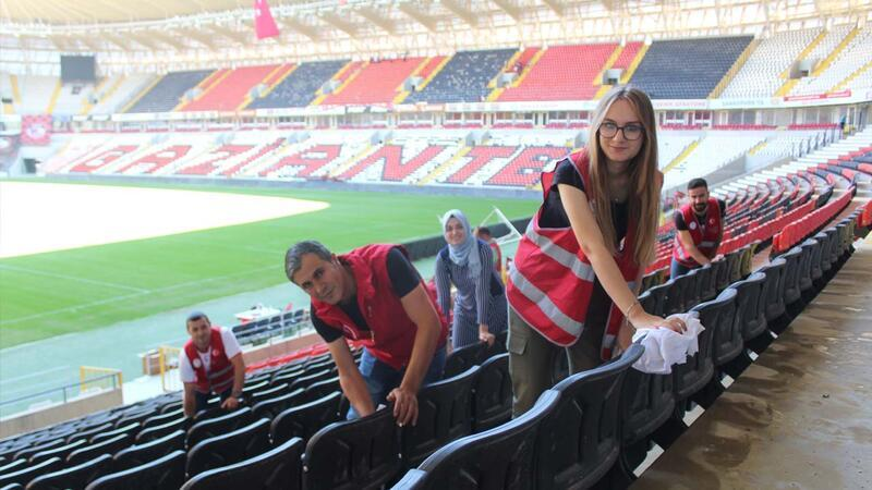 Gaziantep'te gönüllü gençler Kalyon Stadı'nı temizledi