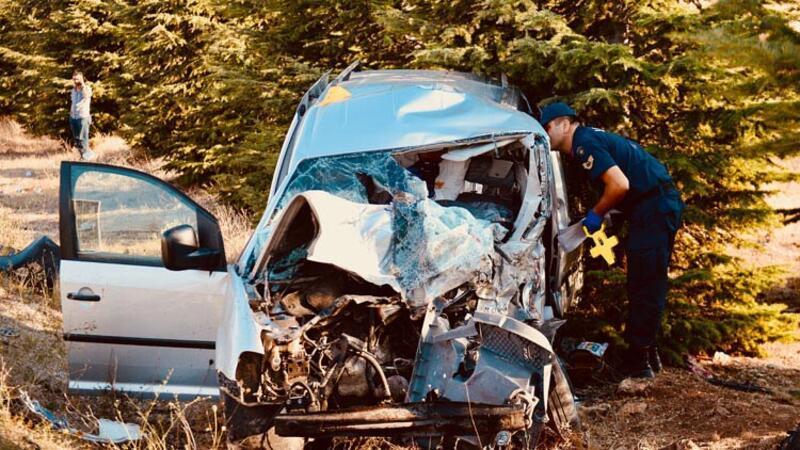 Ticari araç ile kamyonet çarpıştı: Ölüler ve yaralılar var