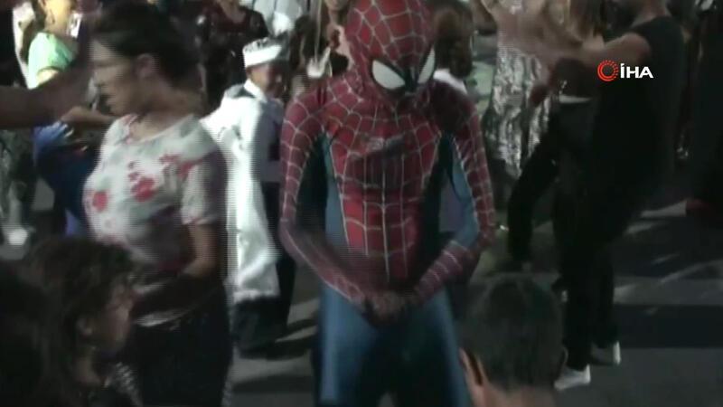 Romanlar çaldı, Örümcek Adam oynadı